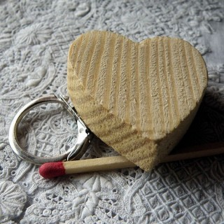 Chunky wood key chain heart 4 cms.