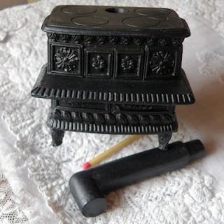 Cuisinière fourneau miniature maison poupée 7 cm.