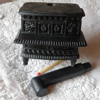 Köchin Miniaturofen Puppenhaus 7 cm.