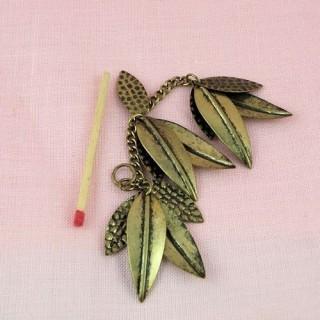 Pendentif feuilles métal 9 cm.