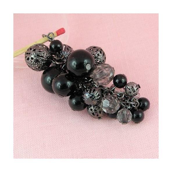 Pendentif grappe perles variées métal 6 cm.