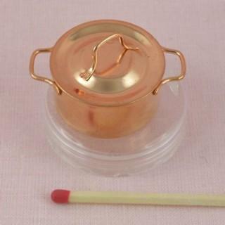 Marmite miniature cuivre et couvercle, hauteur 2 cm.