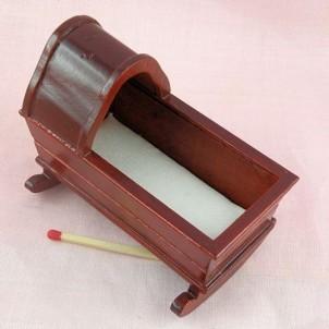 Berceau rustique miniature maison poupée 8 cm.