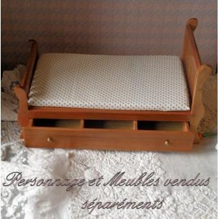 Lit miniature tiroir maison poupée 14 cm.