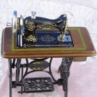 Máquina de coser de pedal miniatura de muñeca en miniatura