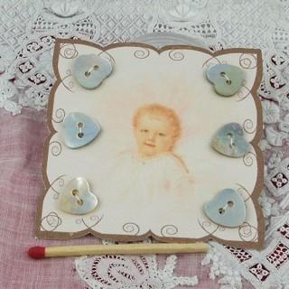 Carte rétro bébé boutons nacre coeurs.