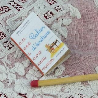 Heft kleiner Schrift Haus Schule Puppe