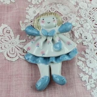 Pequeña niña imán cerámica pintada