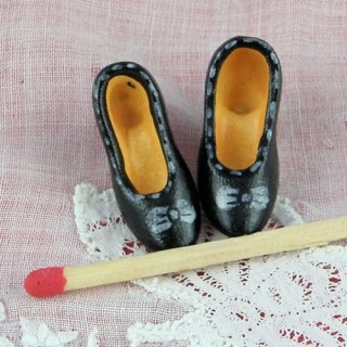 Miniatures shoes for doll house décoration.