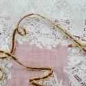 Galon rouge et or bords métal 7 mm.