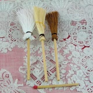 Lot de trois balais miniatures nettoyage
