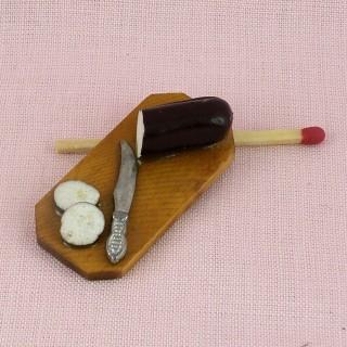 Hachoir et planche à découper miniatures maison poupée en bois.