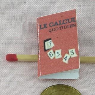 Livre de calcul miniature maison école poupée  2,7 cm x 1,7 cm.