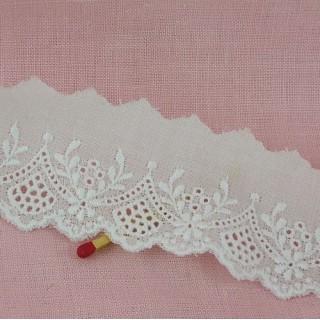 Dentelle broderie anglaise coton, petites fleurs , 2cm.
