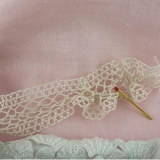 Dentelle coton ancienne fine bouquet 4 cm vendue au mètre.