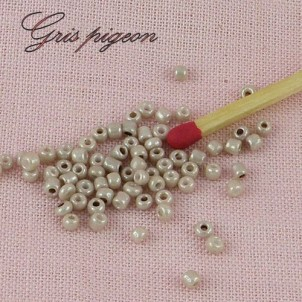 Pearly bright seed beads 2,5 mms, 10 g.