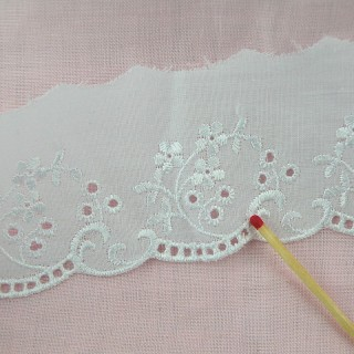 Flat Eyelet cotton scalloped  5 cms.