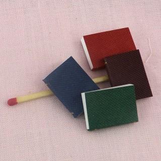 Livre miniature, 1,8 cm x 1,5 cm.