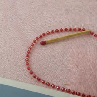 Kleine Perlen auf Faden