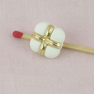 Botón alta costura cuadrado blanco y oro a pie,