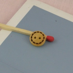 Botón madera surpiqué 2 hoyos 1 cm.