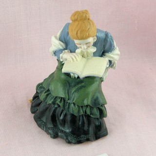 Statuette old lady reading