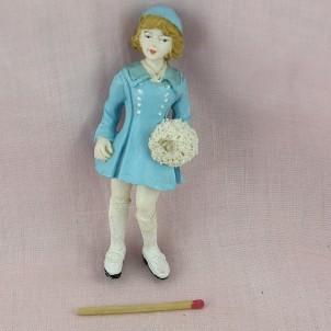 Statuette jeune fille avec manchon