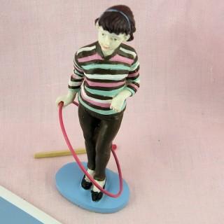 Statuette jeune fille au cerceau 14 cm