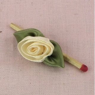 Large ribbon rose with green leaves, 30 mms