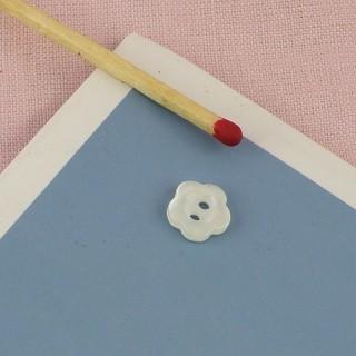 Knopf aus perlmutterartiger Plastik bildet Blume