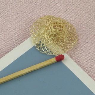 Winziger Strohhut mit einer Leiste, 2 cm.