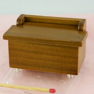 Maletero miniatura en madera para casa de muñecas.