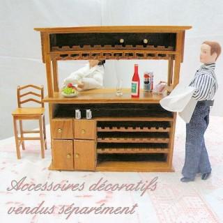 Miniaturbar Puppe aus Holz mit Türen und Regalen