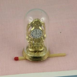 Pendule sous globe en métal doré miniature maison poupée 4 cm.