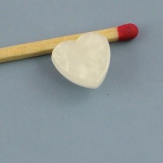 Perlmutterartiger Knopf bildet Herz zu Fuß 1 cm.
