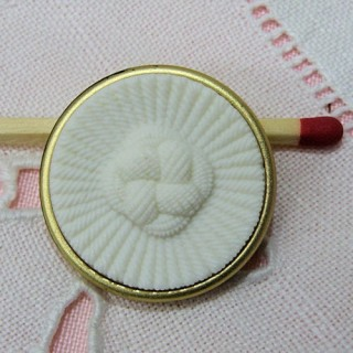 1 big pearly white shank button, 2,5 cms.