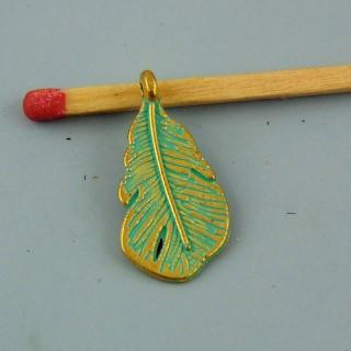 Breloque plume miniature colorée 2 cm