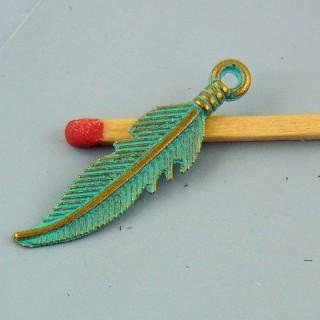 Breloque plume miniature colorée 3 cm