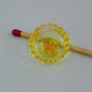 Miniaturpeitsche mit Schüssel und 2 gebrochenen Eiern.