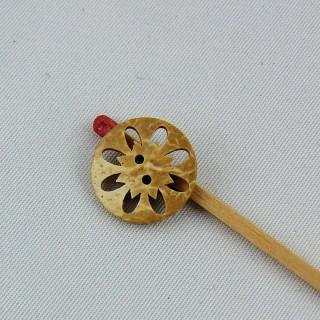 Botón madera coco forma flor recortada 2 agujeros 15 mm.