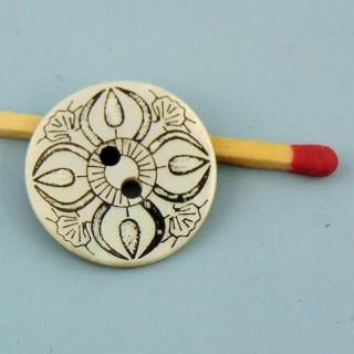 Botón Madre de la perla grabado étnica 2 agujeros 2 cm.