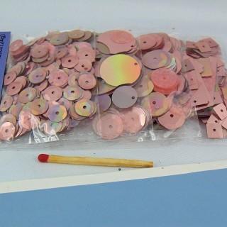 Sequins, paillettes, perles plates minuscules.