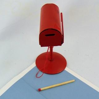 Boite aux lettres sur pied en métal rouge pour maison de poupée 8 cm