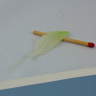 Breloque Perle feuille en plastique 3 cm.