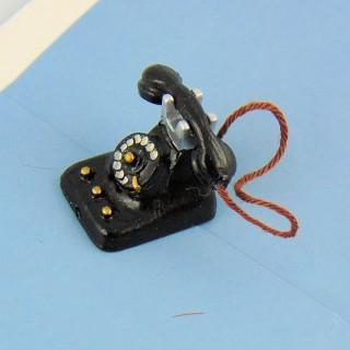 Schwarzes Miniaturtelephon bildet Miniaturantike Puppenhaus 2 cm..