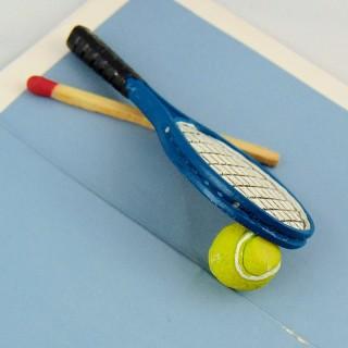 Raquette de tennis et balle miniature maison poupée 6 cm.