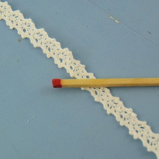 Tiny cotton lace ribbon 7 mms.