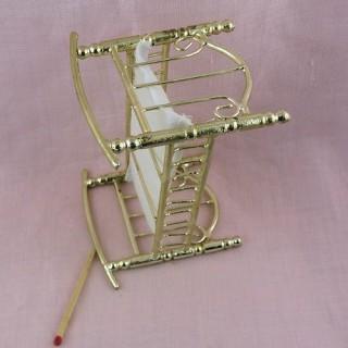 Lit miniature enfant mobilier maison poupée 14 cm.