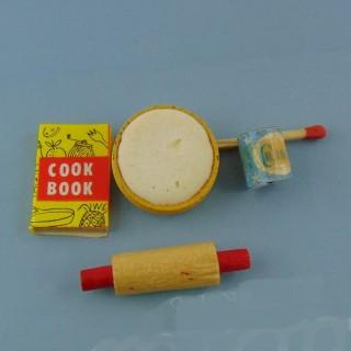 Set von 4 Miniatur Puppe Küchenutensilien.