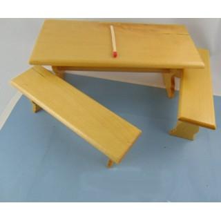 Tisch und 2 Miniatur-Holzmöbelbänke 15 cm